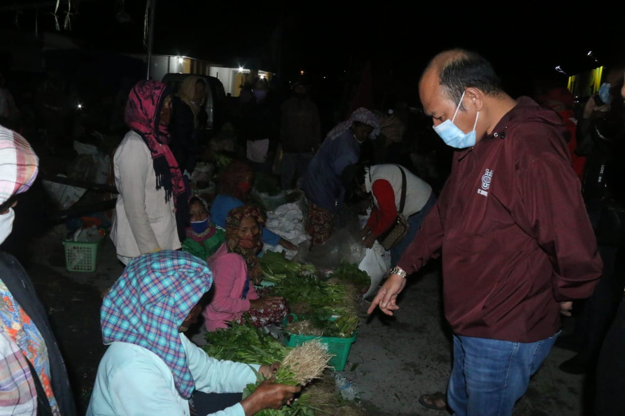 Bupati Taput Sikapi turunnya Harga Beberapa Hasil Pertanian Taput dengan Turun Langsung ke Pasar Beli Hasil Pertanian