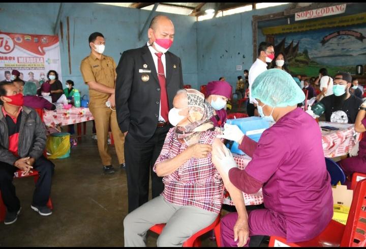 Siborong Borong : Bupati Taput Tinjau Pelaksanaan Vaksin sebanyak 800 dosis di Sabungan